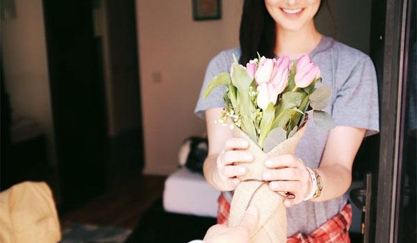 女性に花束を渡す