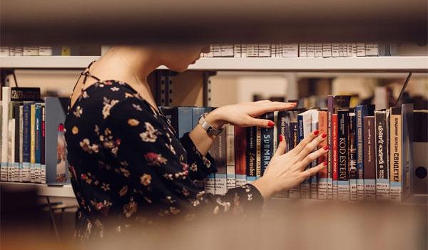 図書室にいる女子大生