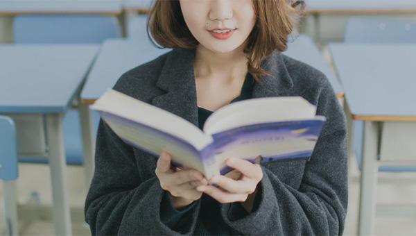 読書する女子大生